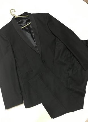 Чёрный мужской классической костюм