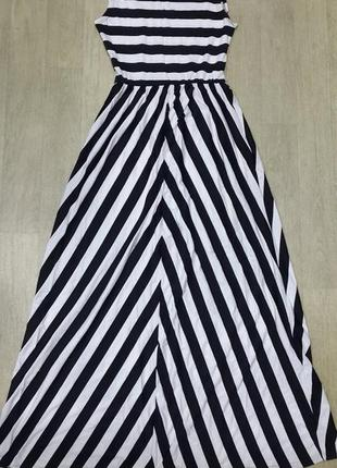 Фантастическое платье в пол в черно-белую полоску.