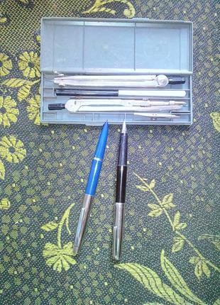Ручки перьвые и циркули в готовальне