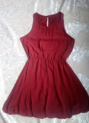 Платье ярко красного цвета.