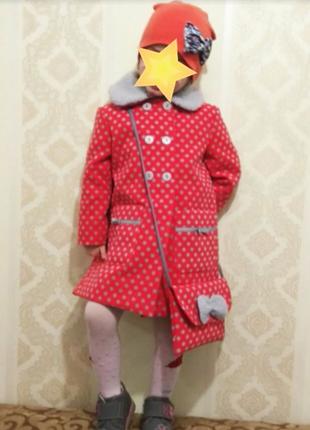 Демисезонное пальтишко на девочку резмеры три, пять лет