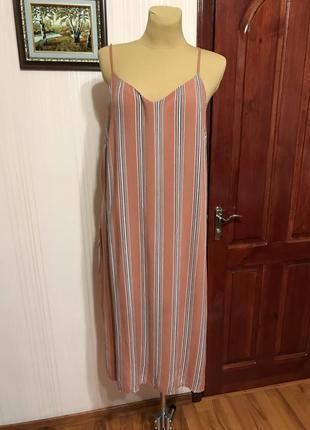 Стильное платье на бретелях с разрезами