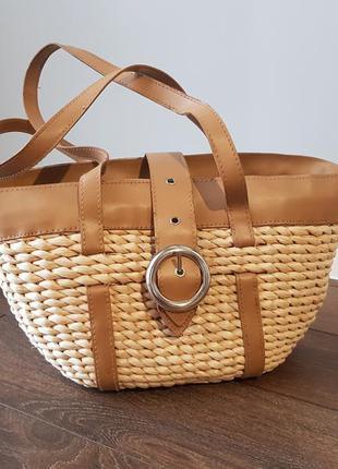 Плетеная бежевая сумка