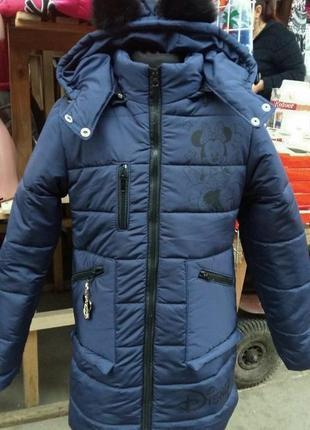 Пальто прямого кроя с длинной до колена.