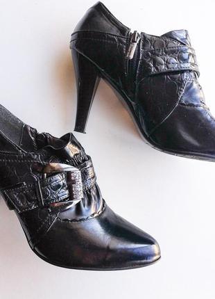 Закрытые туфли на среднем каблуке