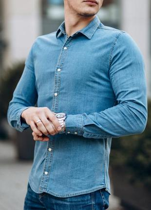 Приталенная мужская рубашка джинсовая с черепом синяя