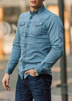 Приталенная мужская джинсовая рубашка синяя