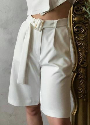 Базовые белые шорты бермуды с защипами. шорты костюмные бермуд...