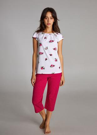 Комплект женской пижамы с рисунком (футболка и бриджи)