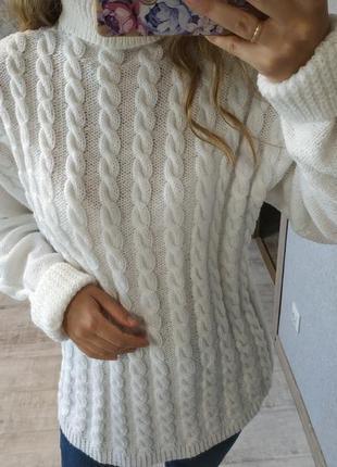Белоснежный теплый свитер в косы