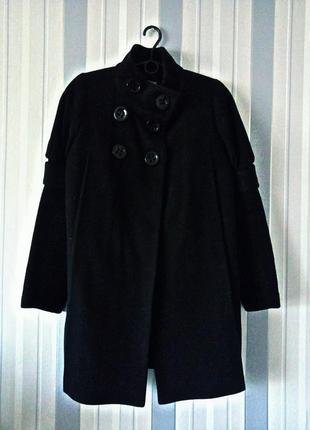 Пальто черного цвета с вязаными рукавами