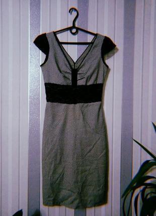 Платье с короткими рукавами серое с принтом и кружевом