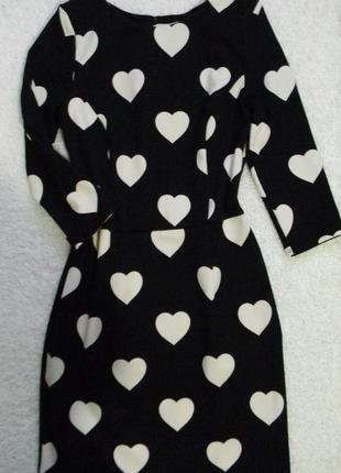 Платье черно белое в сердечки