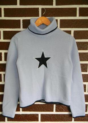 Свитер голубого цвета со звездой и высоким горлом
