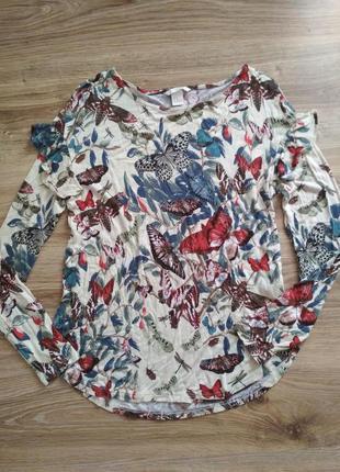 Яркая блуза в бабочки с рюшами на рукавах