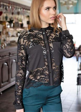 Женская блуза выполнена в сочетании ткани гипюр и софт