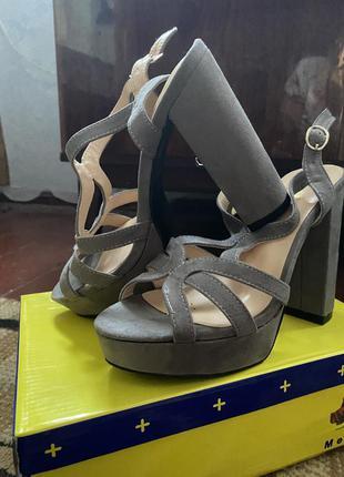 Высокие босоножки на устойчивом широком каблуке серые замшевые...