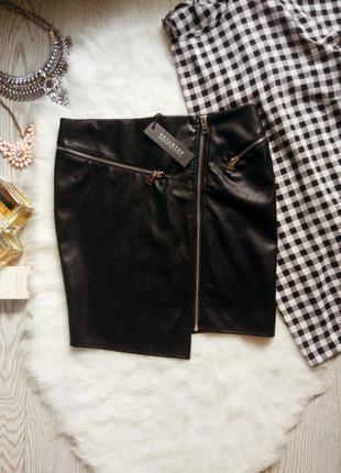 Черная юбка мини с серебристыми молниями косым краем трикотажн...