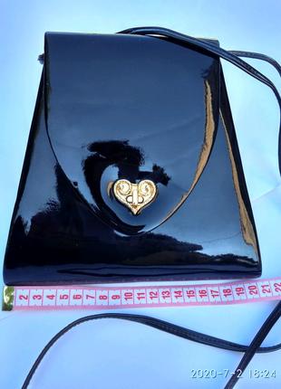 Стильная сумочка через плечо.