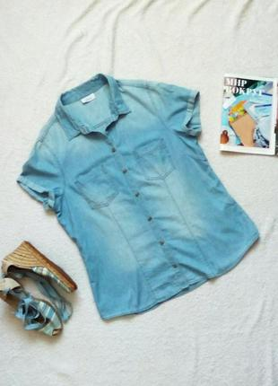 Джинсовая рубашка с коротким рукавом из светло голубого тонког...