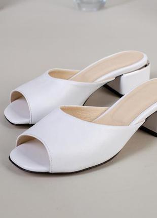 Женские шлепанцы на каблуке