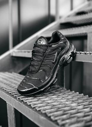 Чёрные кроссовки nike air max plus