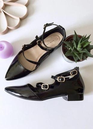 Стильные лаковые туфли лодочки на низком каблуке с ремешками
