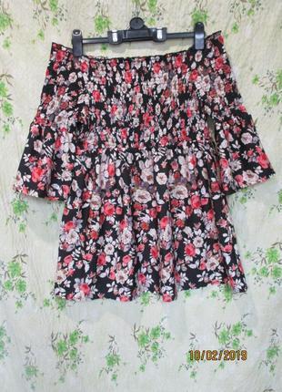 Яркое воздушное платье-туника с открытыми плечами в цветочный ...
