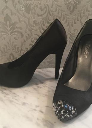Черные на высоком каблуке туфли
