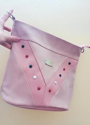 Розовая женская сумка с заклепками через плечо