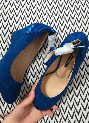 Синие женские туфли на танкетке с ремешком