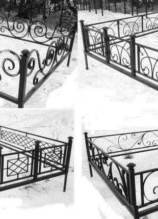 Оградки на кладбище, столы, скамейки, вазоны.