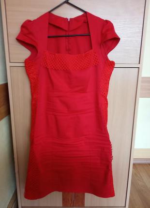 Шикарное, стильное платье красного цвета