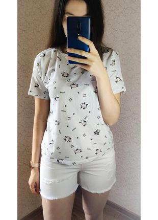 Крутые белые джинсовые шорты