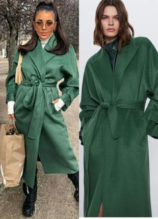 Пальто  zara с   зелёного цвета с поясом