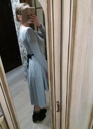 Асимметричное трикотажное платье серый меланж с длинным рукаво...
