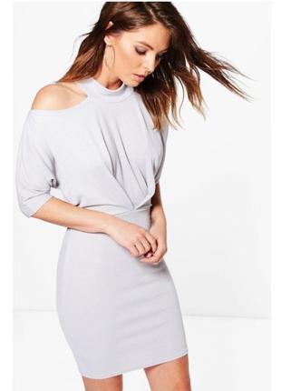 Новое платье из фактурной ткани с вырезами на плечах