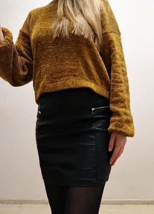 Кожаная мини юбка с декоративными молниями и стегаными деталям...