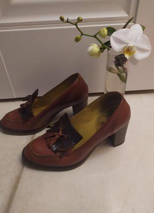 Кожаные туфли 38.5-39 с кисточками