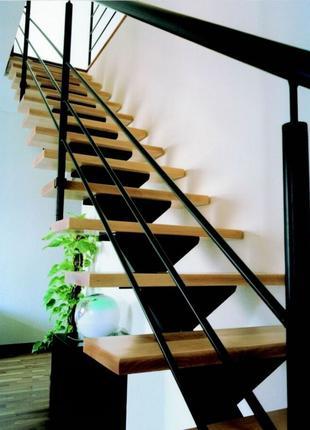 Кованная лестница с деревянными ступенями / художественная ковка