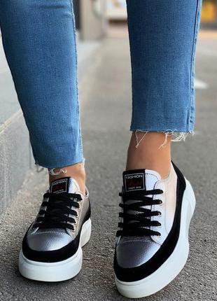 Крутые кожаные кроссовки на белой подошве