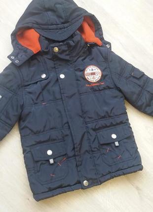 Очень стильная зимняя куртка с капюшоном . размер на 3-4 года.