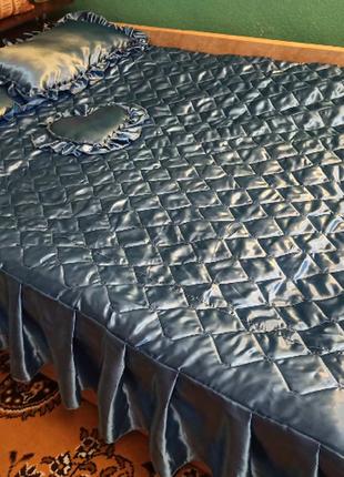 Набор - атласное покрывало с рюшей 3 подушки 1 сердечко