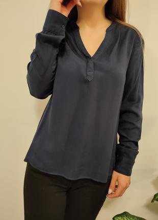 Красивая синяя блузка насыщенного цвета
