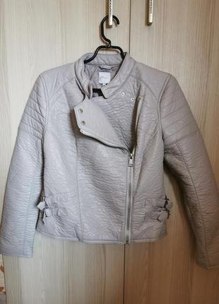 Крутая куртка косуха серого цвета на подкладке из экоматериала