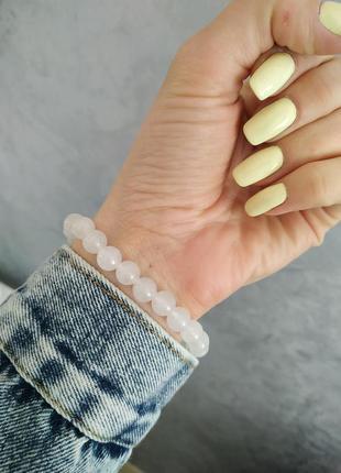 Нежный браслет из бусин из натурального камня