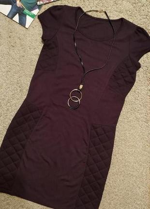 Cтильное платье-толстовка цвета бургунди с простеганными деталями