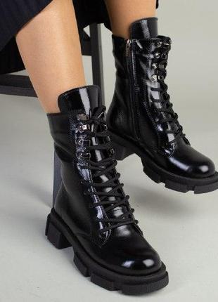 Женские ботинки на молнии на шнурках