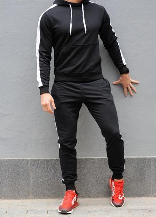 Черный мужской спортивный костюм с белыми лампасами