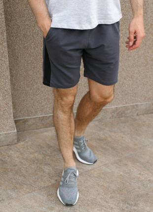 Серые шорты с черным лампасом